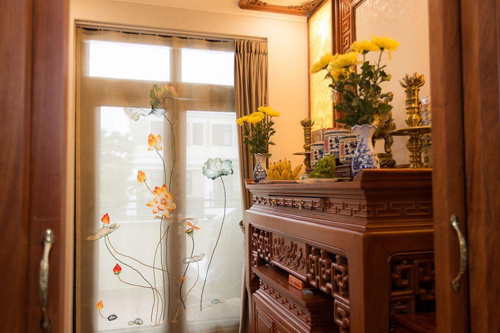 Cắm hoa cúc trên bàn thờ