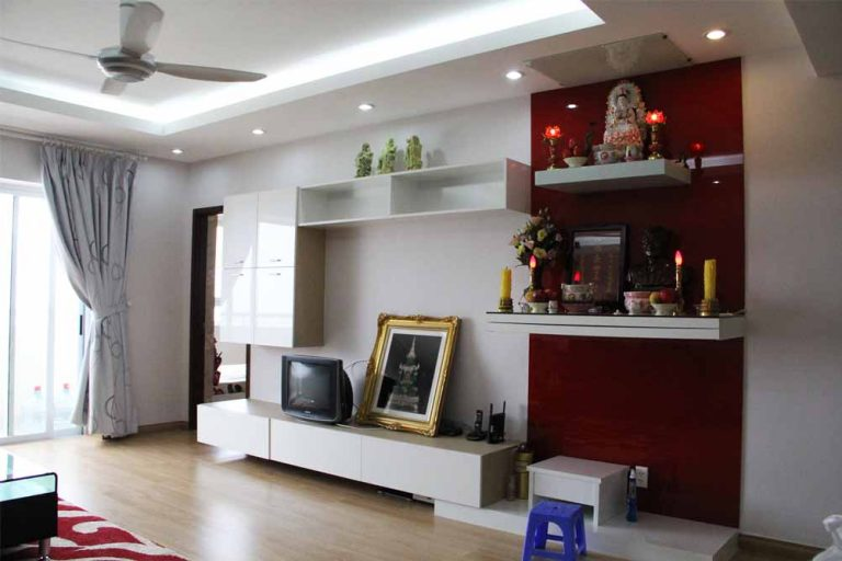 Bàn thờ treo với vách chắn khói cực tiện lợi cho nhà nhỏ kết hợp với tủ trang trí bên dưới tạo không gian hài hòa