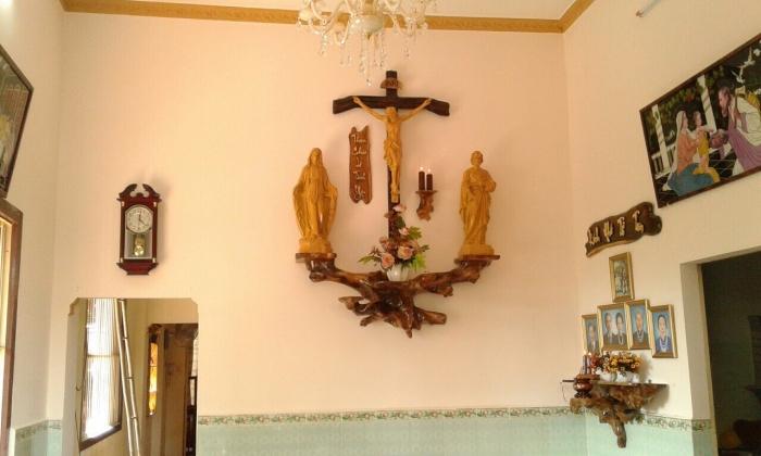 """Dòng chữ """"Thiên Chúa là tình yêu"""" đặt bên cạnh bàn thờ nhằm tăng thêm tính tôn nghiêm"""