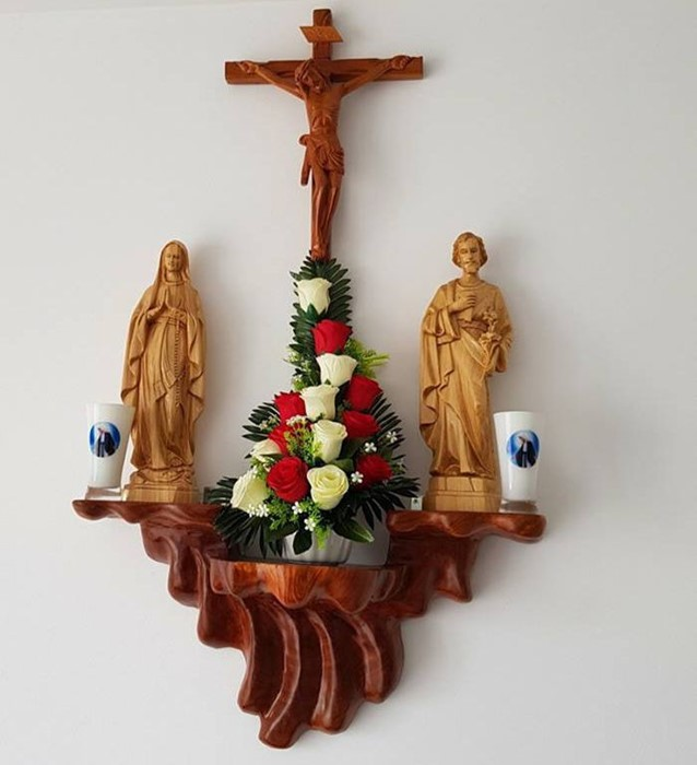 Nhiều gia đình lựa chọn bàn thờ Chúa trong phòng khách bằng gỗ nhờ vẻ đẹp sang trọng nó mang lại