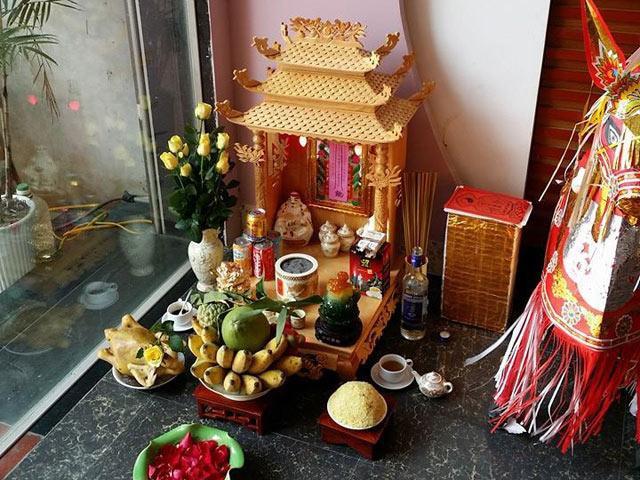 Trên nóc bàn thờ ông Địa thường đặt tượng phật Di Lạc hay câu thần chú