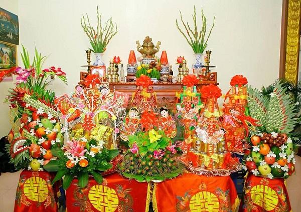 Bàn thờ lễ ăn hỏi cần được trang trí đẹp mắt và bày biện lễ vật chu đáo